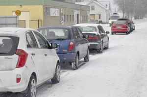 Här på Grevegatan i Tierp är det extratrång då den nya sprothallen byggs. Grevegatan  är en av gatorna i samhället där det ska vara fritt under onsdagsnätterna för snöröjning och där kommunen nu kommera tt forslag bort bilar som står i vägen.