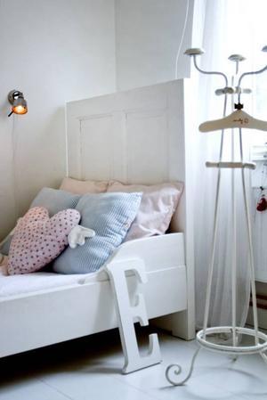 HEMGJORD. Sexåriga Ebba har en säng som är gjord av två gamla dörrar från en antikhandel.