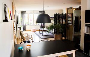 I en stor garderob i hallen förvarar Johanna och Oliver sina kläder. En skärmvägg och en stor växt delar av köket och vardagsrummet.