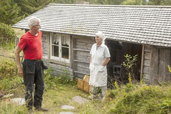 Härjedalens enda mjölkbönder. Karl Olof och Ingegerd Sundeberg utanför kokhuset på Östvallen.