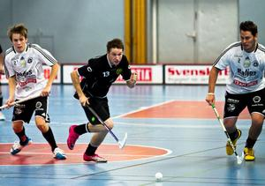 Gluggens Mattias Fahlqvist försöker rycka förbi Nils Ström och Björn Frenell Staaf.