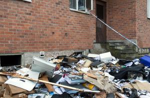 Baksidan av Nya byns kontor – pärmar och kontorsmaterial har vräkts ut på gården.