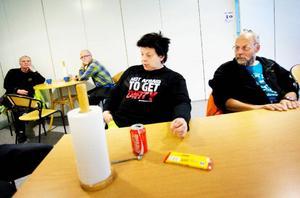 Carina Lengman, till vänster, och hennes kollegor är besvikna för att de inte längre har möjlighet att köpa tilltugg från automat i fikarummet.