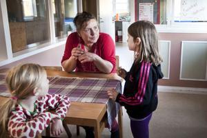 Selma Staffare, 5 år, och Ia-Li Nilsson, 8 år, diskuterar med Sandra Swing hur många hästar det finns i stallet.