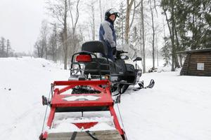 Personalen på Högbo Bruk gör nu ett försök att spåra med skoter och spårsläde, samma metod som används på alla andra håll i kommunen.