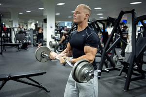 Calle tränar gärna biceps.
