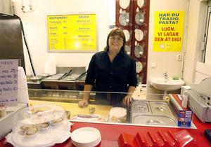 Camilla Linerudh-Johansson, en av två anställda på Blå Haren, på E-Center. På tredje dagen slängde man ut hamburgarna och satsar istället helhjärtat på pasta med korv.