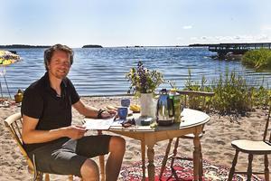 """Mattias bjuder på frukost på Brädvikens strand. """"Det är kanske lite Ernst-varning på det här"""", ler han."""