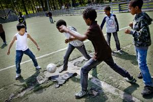 Kul kamp. Bollen är kanske världens bästa leksak. Fotboll spelas över hela världen, även i Vivalla under festivalen.