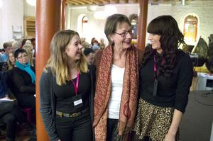 Lisa Selin och Matilda Lövgren från Unga feminister välkomnade Gudrun Schyman (FI) till ett fullsatt Unga magasinet.