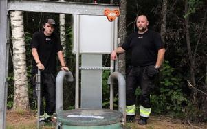Mikael Ilar och Jan Olsson tror inte på att det bara skulle ha runnit ut avloppsvatten vid ett par tillfällen. Foto: Sven Thomsen/DT