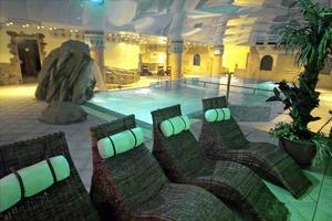 Eugenia Victoria HotelDetta stora hotell i Playa del Inglés är ett bra budgetalternativ med sitt Spa Vital Wellness Center som har gratis inträde för hotellgästerna. Den ljumma sötvattenspoolen har kaskader och massagestrålar och i lejonkällan svalkar vi oss med is. I badrummet Caesar blir gästerna serverade cava, spanskt mousserande vin, i ett bubblande kopparbadkar. Vila även ut i en bastu med romersk design och ett rum med extra varm sand - och den totala avkopplingen är nära.