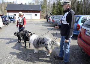 Eva Gunnarsson med Time och Rippe samt Anders Svensson med Silver förbreder sig inför klubbens hundparad där olika hundraser ska visas upp.