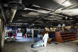 Café ansvarige Johanna Sundquist kämpar med säcken, fylld av kasserade matvaror