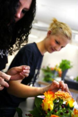 Sandra Fridh och Linnea Sahlberg är två av de entusiastiska nybörjarna på floristutbildning.