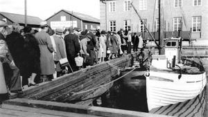 Fiskkö under kriget. Västeråsarna köar i hamnen för att köpa sill från fiskebåten Laxen som kom till staden då och då på 1940-talet.