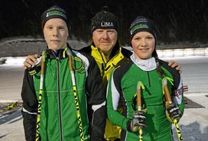 Tävlingsledaren och skyttegillets ordförande Tommy Mattsson med två av Limas egna ungdomshopp vid kommande skidskytte-SM, Sebastian Jansson och Amanda Simonsson.