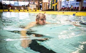 Per Allan Alexandersson från Dvärsätt sträcker ut sig på några längder i simbassängen efter genomförd vattengymnastik. Per Allan har varit med i cirka 15 år i föreningen.