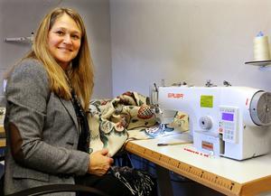 Anneli Höglund syr själv alla gardiner som hon säljer. Sömnaden är den del av verksamheten som tar mest tid. Hennes man Tomas Höglund hjälper till med bland annat bokföring och marknadsföring, men har ett annat jobb som huvudsysselsättning.