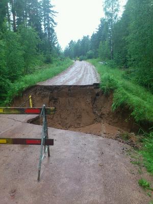I Häradsbygden utanför Leksand har vattnet spolat bort en stor del av vägen.