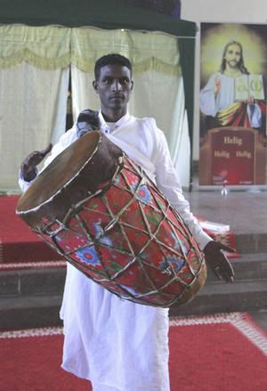 Mickael Hadgenbes visar hur trumman hanteras. I bakgrunden skymtar det allra heligaste vid altaret.