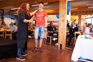 Konferencierna Julia Rosqvist talar med Bilias stipendiat Freddie Andersson. Studenternas företagsfrukost 2016.