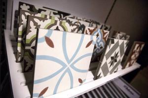 Cementplattor med mönster från den arabiska världen är populärt. Nu kommer även dessa mönster i keramik, vilket är mer hållbart, säger Gunnar Klang.