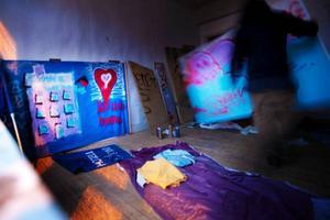 Ockupanterna gjorde huset hemtrevligt genom att inreda med möbler som de hittade på vinden och målade plakat.