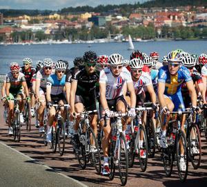 Cyklisterna på Vallsundsbron med Östersund som vacker fond.