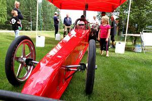 Några av de yngsta besökarna var särskilt nyfikna på dragracingbilen som var på plats för utställning under dagen.