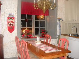 Mycket julröda färger tex band runt tråkiga blomkrukor.