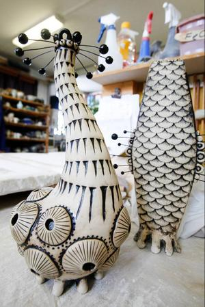 Linda Svedberg har släppt lös fantasin i sina tvåfärgade konstverk.
