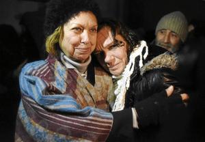 Asli Erdogan tillsammans med sin mamma, Mine Aydostlu efter att hon fick lämna fängelset 29 december i fjol. Arkivbild.