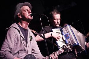 Per Persson och hans band Perssons pack spelad inför ett fullsatt Statt i Söderhamn under fredagskvällen.