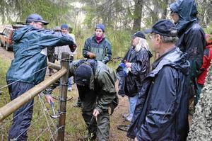 Praktik. Roland Ängsteg, till vänster, hjälper Mattias Tronje att sätta fast tråden i stolparna. Bild: ingvar svensson