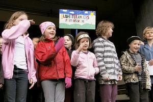 Blomsterängens fritidshem från Celsiusskolan i Edsbyn framförde sången Det flyter vatten. Vågor framställde de med hjälp av händerna.
