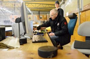 Ljudmästaren. Bo Kempegård testar ljudet inför kvällens match. Ljudutrustningen i Råsshallen fyller 25 år men håller fortfarande hög kvalitet. I bild också Anton Norberg.