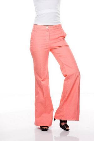 Aprikosfärgade jeans med utställda ben och pressveck, by Malene birger, 1 899 kronor.