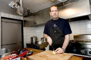 NY KRÖGARE. Mikael Karlsson och hans fru tar över Blå Källans lokaler på Faluvägen. Den nya restaurangen får namnet Karlsson kök och bar och kommer till att börja med bara servera luncher.