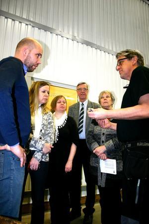Peter Gustavsson och Paul Friman från BRA-maskiner visar en lastbilsdetalj för Eva Jonsson, Charlotta Englund, Henrik Hult och Marianne Karlsson.