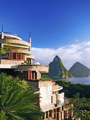 Innovativa hotellet Jade Mountain är väl värt ett besök om så bara för en lunch i topprestaurangen.   Macduff Everton
