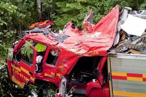 Brandbilens hytt demolerades svårt och arbetet med att få loss de båda fastklämda brandmännen blev komplicerat.