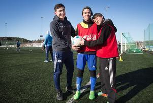 Fotbollsintegration. Mohammad Hossein Fayazi, Lukas Blomkvist och Abdul Bari Amani träffas och spelar fotboll.