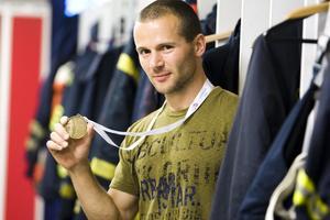 Daniel Hallgren från Skutskär kan nu kalla sig världens tuffaste brandman. Han hade nämligen bästa totalresultat alla ålderskategorier i brandmanna-VM:s mest prestigefyllda gren, Toughest Firefighter Alive, med tävlingsinslag som starkt påminner om brandmännens arbetsvardag.