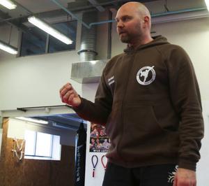 Daniel Hansson är en riktig eldsjäl. I sitt jobb som tränare för Östersunds Kampsportsförening lägger han ner cirka 40 timmar i veckan – ideellt. – Jag brinner verkligen för det här, säger han.