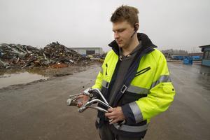Lockar som guld. Vd:n Fredrik Eriksson visar den typ av mässingskranar som tjuvarna tog med sig. Totalt försvann sju ton koppar och mässing under påskhelgen.