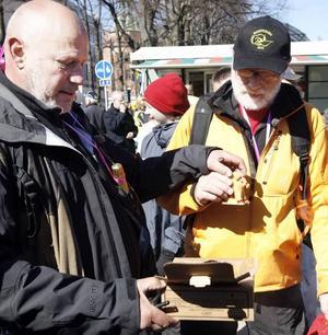 tände på. Robert Aschberg och Gert Fylking fick en utmaning av Gävle kommun att tända på bocken för att få 3 000 kr till Cancerfonden.