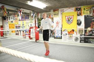 Anton Hellström beskriver sig som en snabb och orädd boxare som aldrig tar ett steg bakåt.