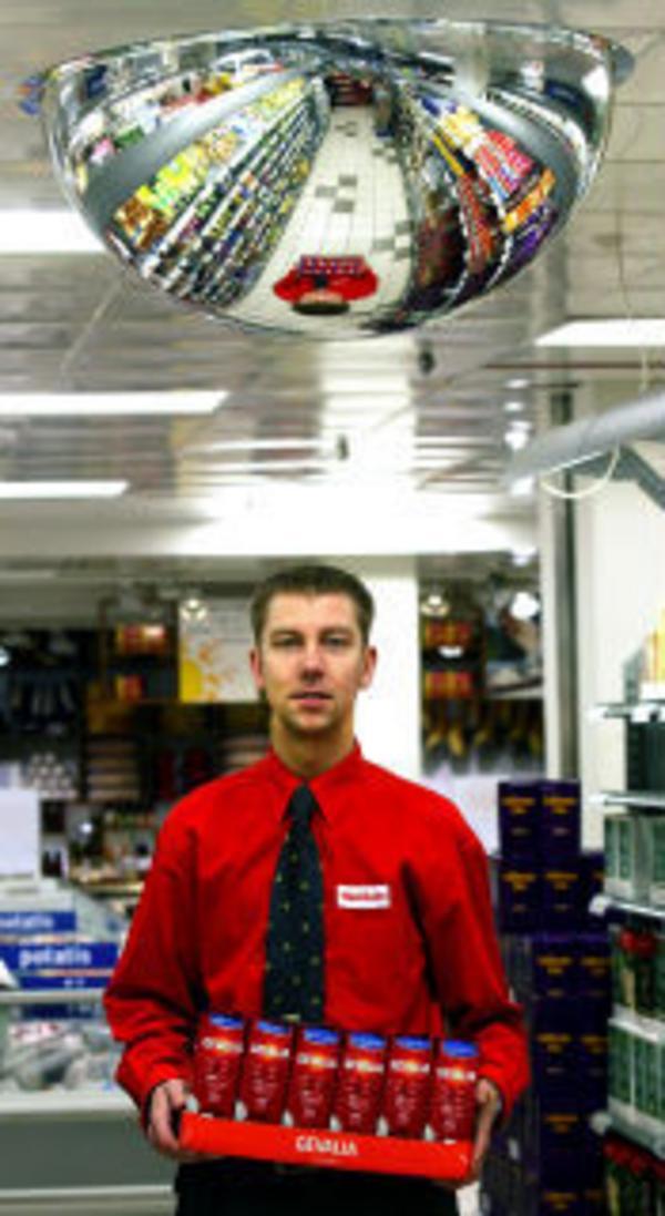 Niklas Jonsson oroas över minskad försäljning till följd av utbyggnaden i Birsta. Men han är inte orolig för att butiken ska behöva läggas ner.