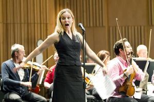 """Musikalstjärna på besök. I går var det repetitioner i konserthuset och i afton ska Myrra Malmberg vara med och avsluta sommarserien """"Musik i det gröna"""" tillsammans med Gävle symfoniorkester i Boulognerskogen."""